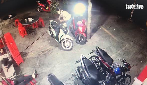 Video lợi dụng tang gia bối rối, hai kẻ trộm cắt khóa dắt 2 xe máy đắt tiền - Ảnh 2.