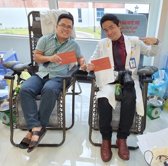 Hàng trăm y, bác sĩ hiến máu cứu người trong mùa dịch - Ảnh 4.
