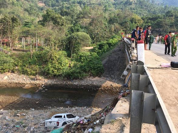Xe bán tải lao xuống suối sau khi tông chết nữ giáo viên - Ảnh 1.