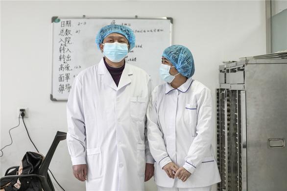 Những cặp đôi thầy thuốc cùng nhau chiến đấu chống COVID-19 cứu người - Ảnh 10.