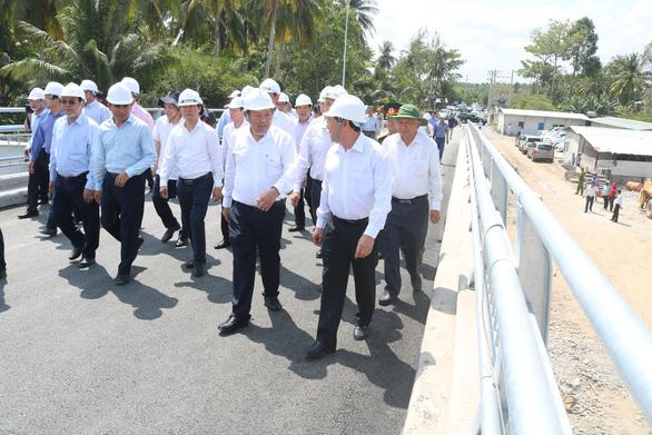 Phó thủ tướng kiểm tra các công trình ngăn mặn tại Vĩnh Long - Ảnh 1.