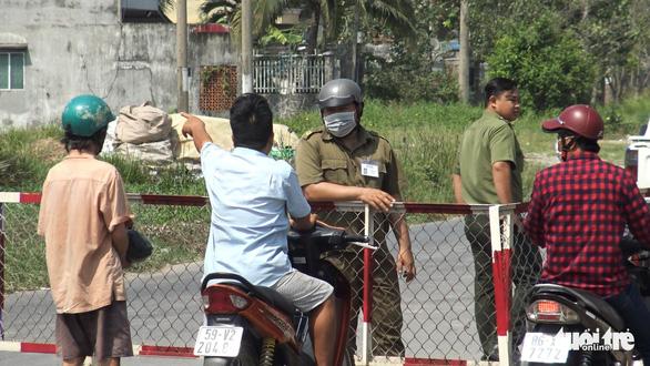 Vừa mở rào chắn, nhiều người lại kéo đến xem nhà hoang nơi Tuấn khỉ bị tiêu diệt - Ảnh 2.