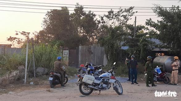 Vừa mở rào chắn, nhiều người lại kéo đến xem nhà hoang nơi Tuấn khỉ bị tiêu diệt - Ảnh 4.