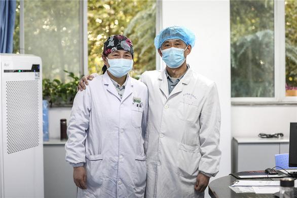 Những cặp đôi thầy thuốc cùng nhau chiến đấu chống COVID-19 cứu người - Ảnh 2.