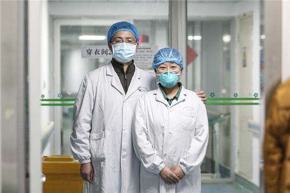 Những cặp đôi thầy thuốc cùng nhau chiến đấu chống COVID-19 cứu người - Ảnh 4.