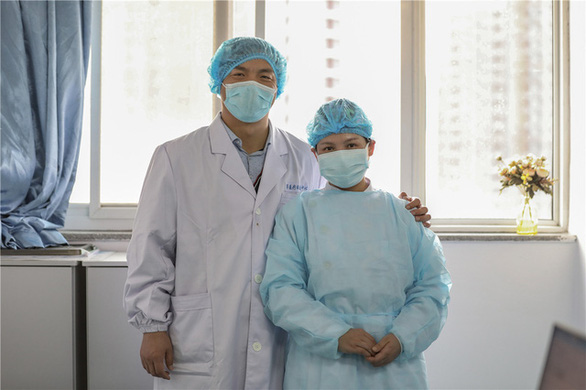 Những cặp đôi thầy thuốc cùng nhau chiến đấu chống COVID-19 cứu người - Ảnh 5.