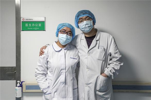 Những cặp đôi thầy thuốc cùng nhau chiến đấu chống COVID-19 cứu người - Ảnh 6.