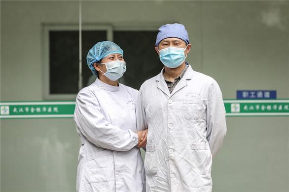 Những cặp đôi thầy thuốc cùng nhau chiến đấu chống COVID-19 cứu người - Ảnh 8.