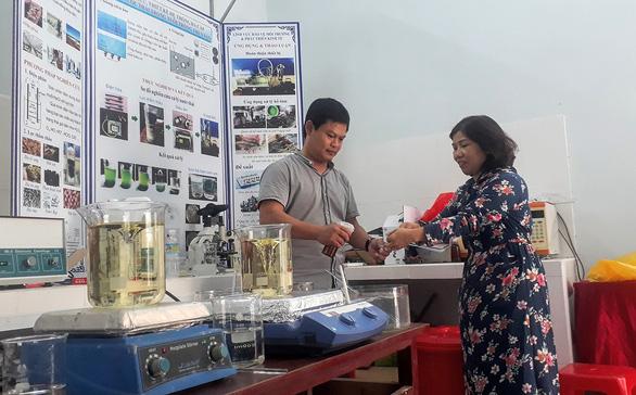 Thầy giáo trẻ bỏ tiền túi mua máy về làm nước sát khuẩn nano, phát miễn phí - Ảnh 1.