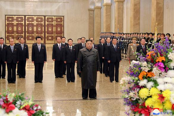 Chủ tịch Triều Tiên Kim Jong Un xuất hiện lần đầu sau khi COVID-19 bùng phát - Ảnh 1.