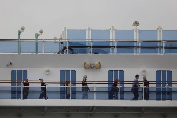 Thêm 70 người nhiễm COVID-19 trên du thuyền ở Nhật, Canada thuê máy bay rước về - Ảnh 1.