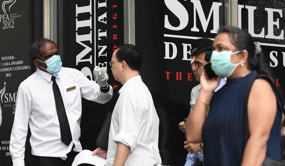 Số ca nhiễm COVID-19 toàn cầu sẽ gấp 3 lần nếu tiêu chuẩn cao như Singapore? - Ảnh 1.