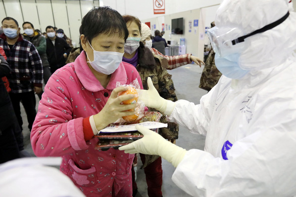 Trung Quốc công bố: 80,9% ca nhiễm COVID-19 nhẹ, 13,8% nghiêm trọng, 4,7% nguy kịch - Ảnh 1.
