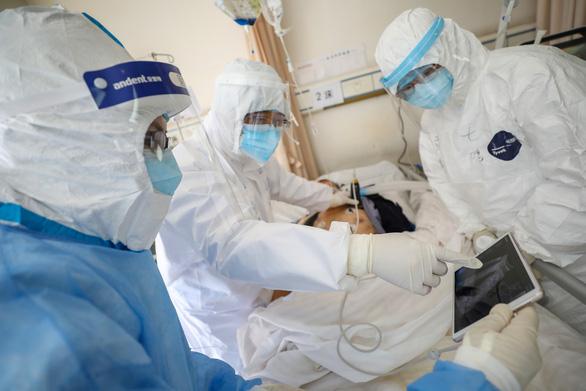 Y bác sĩ Trung Quốc nhiễm COVID-19 nhiều vì ban đầu không biết dịch - Ảnh 1.