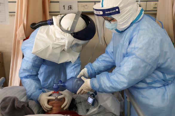 Y bác sĩ Trung Quốc đang trả giá đắt vì dịch COVID-19 - Ảnh 2.