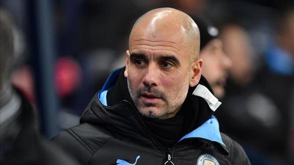 Guardiola van gan bo du Man City bi cam du Champions League