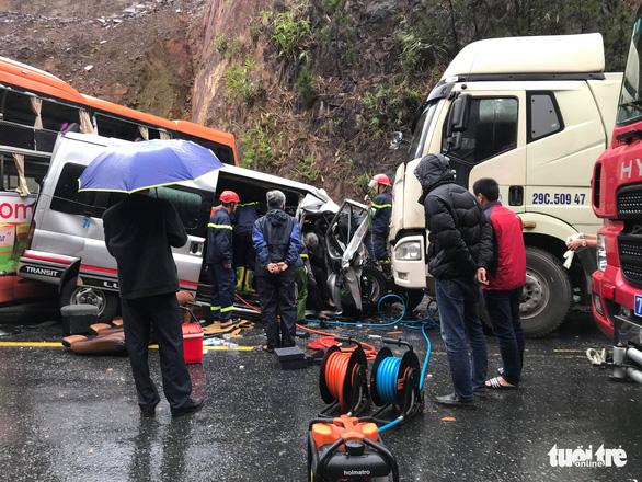 Tai nạn liên hoàn giữa 2 xe khách và xe đầu kéo, 7 người thương vong - Ảnh 1.
