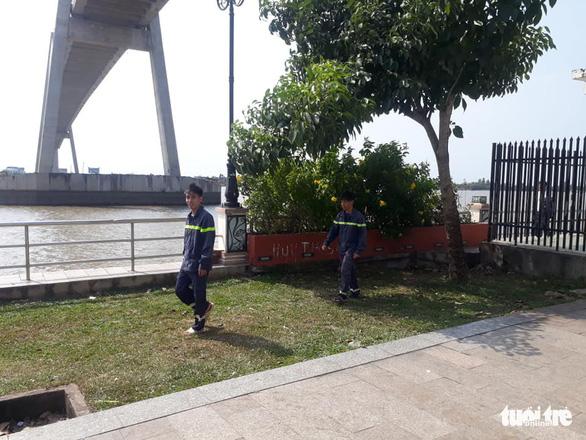 Quăng xe đạp ra giữa đường, một người nhảy cầu Rạch Miễu chiều 29 tết - Ảnh 2.