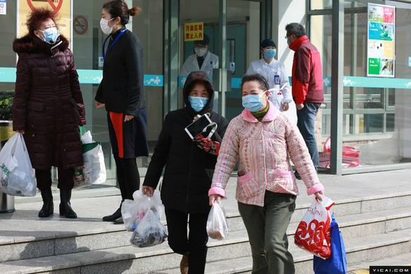 Gần 60 triệu dân Hồ Bắc được yêu cầu ở nhà, Thượng Hải siết việc đi xe công cộng - Ảnh 2.