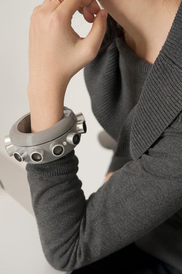 'Vòng tay im lặng' chống nghe lén cho người muốn riêng tư - Ảnh 1.
