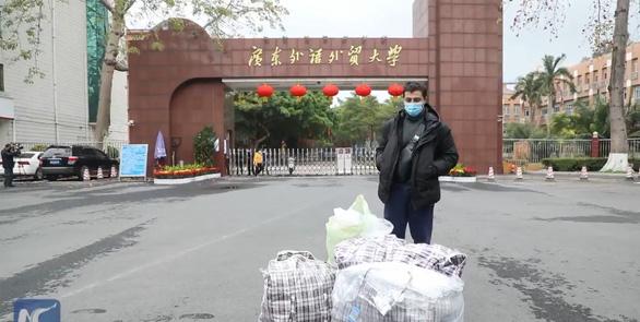 Du học sinh đem 15.000 khẩu trang sang Trung Quốc tặng những người cần - Ảnh 1.