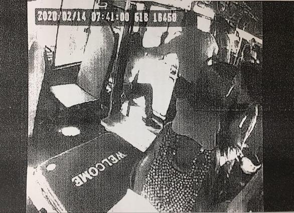 Dân phản ảnh, tài xế xe buýt hành hung khách lập tức bị đình chỉ - Ảnh 1.
