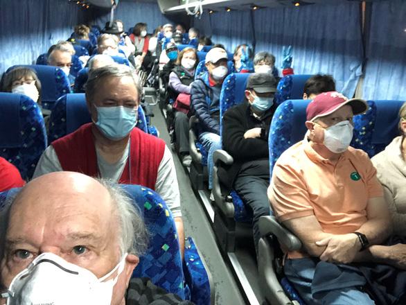 Hơn 300 người kẹt trên du thuyền ở Nhật về tới Mỹ, 14 người nhiễm corona - Ảnh 1.