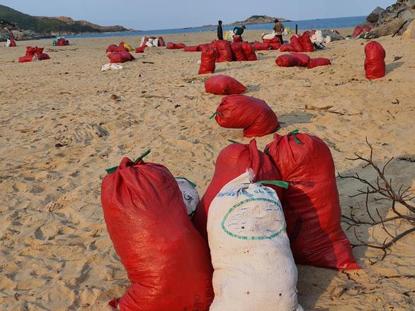 Hàng chục tấn rác biển gom xong không có xe chở - Ảnh 4.