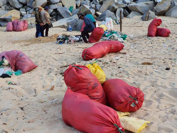 Hàng chục tấn rác biển gom xong không có xe chở - Ảnh 3.