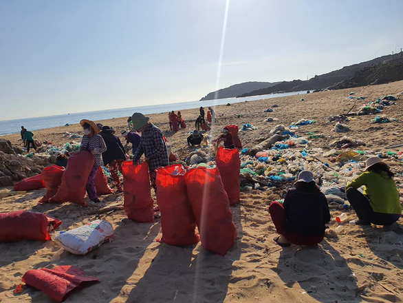 Hàng chục tấn rác biển gom xong không có xe chở - Ảnh 2.