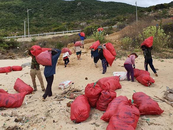 Hàng chục tấn rác biển gom xong không có xe chở - Ảnh 5.