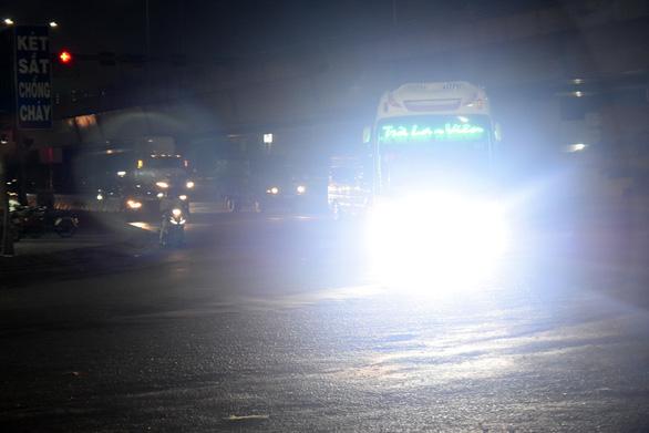 Quá nguy hiểm khi đối mặt mấy ông xe gắn đèn LED tự chế - Ảnh 1.