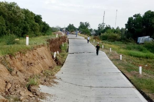 Đường phòng hộ đê biển Tây có đoạn sụt lún xuống 2 mét - Ảnh 1.