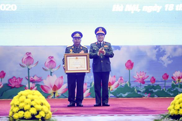Trao huân chương của Chủ tịch nước Việt Nam cho bộ trưởng Bộ Quốc phòng Lào - Ảnh 1.