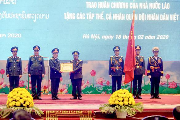 Trao huân chương của Chủ tịch nước Việt Nam cho bộ trưởng Bộ Quốc phòng Lào - Ảnh 2.