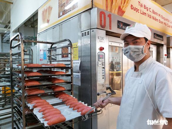 Bánh mì thanh long của BigC học công thức của thợ bánh Sài Gòn? - Ảnh 1.