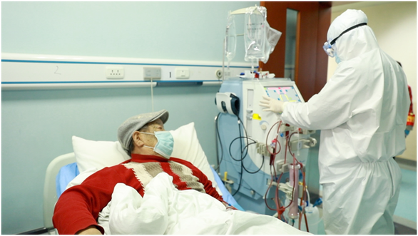 Bệnh nhân suy thận ở Vũ Hán khóc không thành tiếng trong dịch COVID-19 - Ảnh 1.