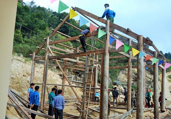 Tranh thủ nghỉ học, người dân chung tay làm nhà cho giáo viên - Ảnh 1.