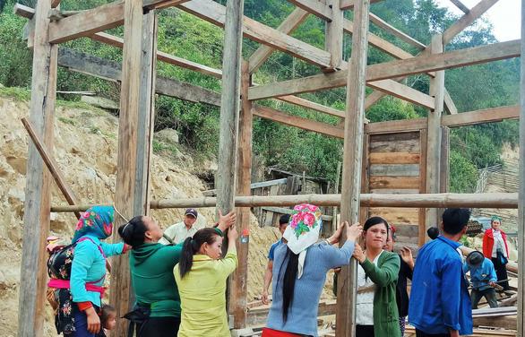Tranh thủ nghỉ học, người dân chung tay làm nhà cho giáo viên - Ảnh 2.