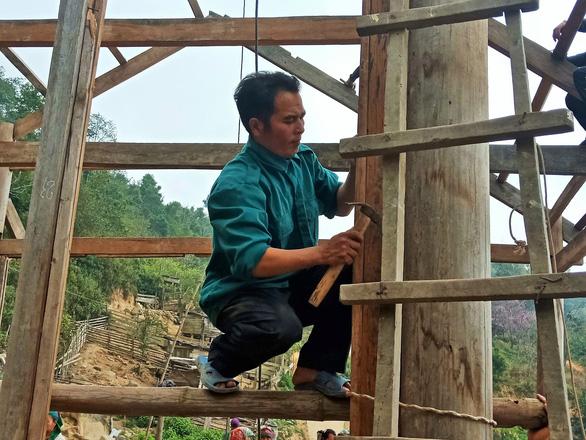 Tranh thủ nghỉ học, người dân chung tay làm nhà cho giáo viên - Ảnh 4.