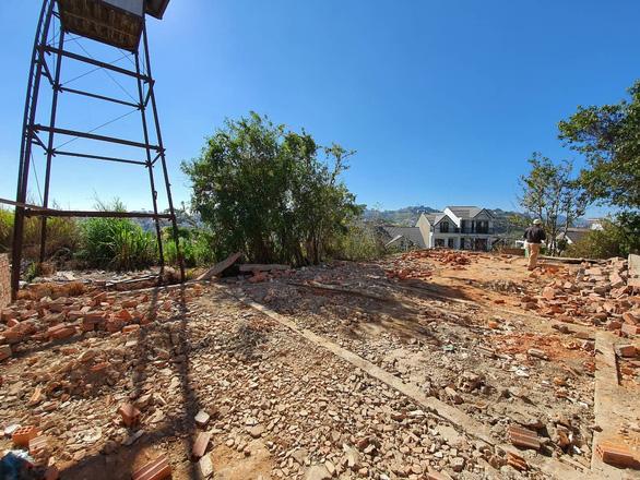 Tháo dỡ công trình của trung tá công an xây trái phép trên đất công vụ - Ảnh 1.