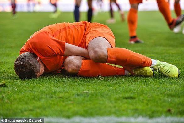 Cầu thủ Pháp bị 'treo giày' 5 năm vì… cắn dương vật cầu thủ đội bạn, phải khâu 10 mũi - Ảnh 1.