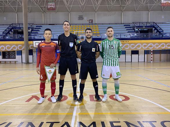 Tuyển futsal Việt Nam thua CLB Real Betis trước khi về Việt Nam - Ảnh 1.