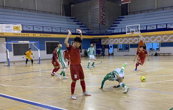 Tuyển futsal Việt Nam thua CLB Real Betis trước khi về Việt Nam - Ảnh 3.