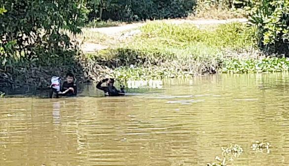 Công an tìm vật chứng trên kênh gần nhà hoang Tuấn khỉ bị tiêu diệt - Ảnh 2.