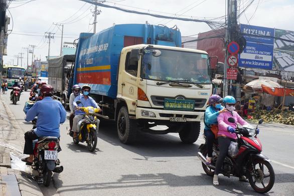 TP.HCM cấm xe 5 tấn chạy vào giờ cao điểm: Lo rác dồn ứ - Ảnh 1.