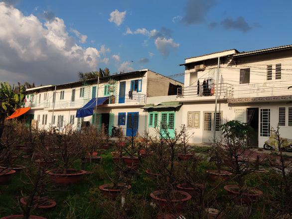 Chủ đất bao hàng rào kiên cố ngăn lực lượng vào cưỡng chế khu đất xây 38 căn nhà trái phép - Ảnh 1.
