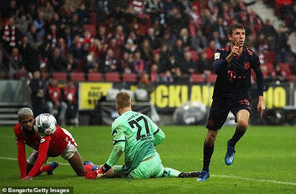 Lewandowski ghi bàn thứ 22, Bayern Munich trở lại ngôi đầu bảng - Ảnh 2.
