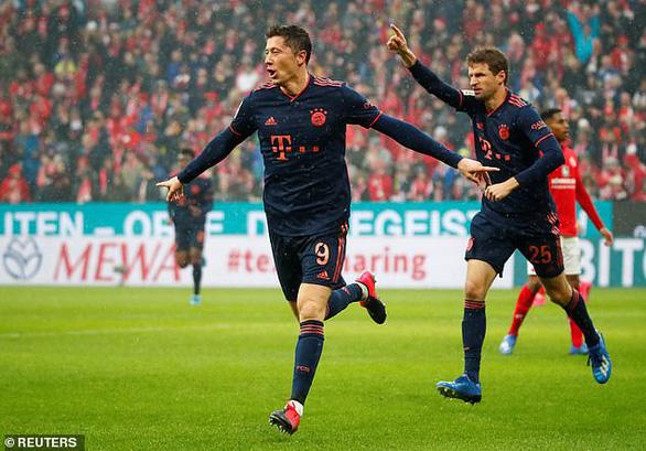 Lewandowski ghi bàn thứ 22, Bayern Munich trở lại ngôi đầu bảng - Ảnh 1.