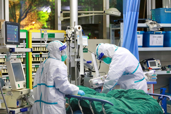 Bác sĩ ở Vũ Hán phải mặc tã làm việc, bị đánh và thiếu tiếp tế - Ảnh 6.